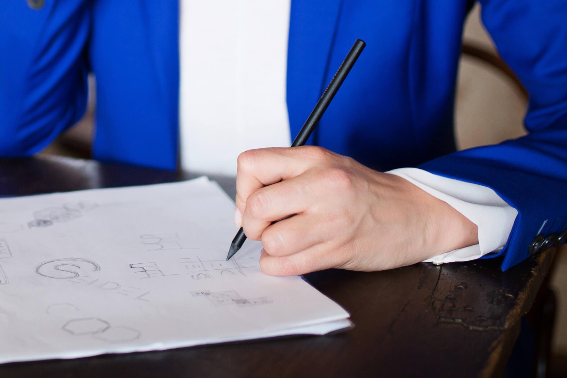 Detailaufnahme einer Person die an einer Markenentwicklung arbeitet